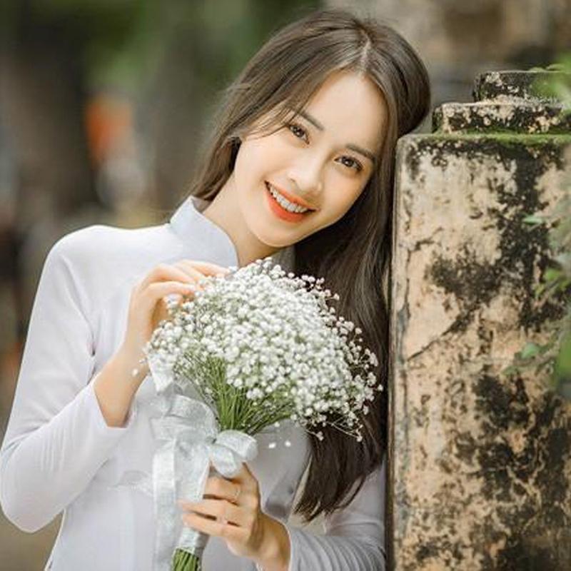 Nữ sinh cầm trên tay bó hoa baby trắng chụp kỷ yếu