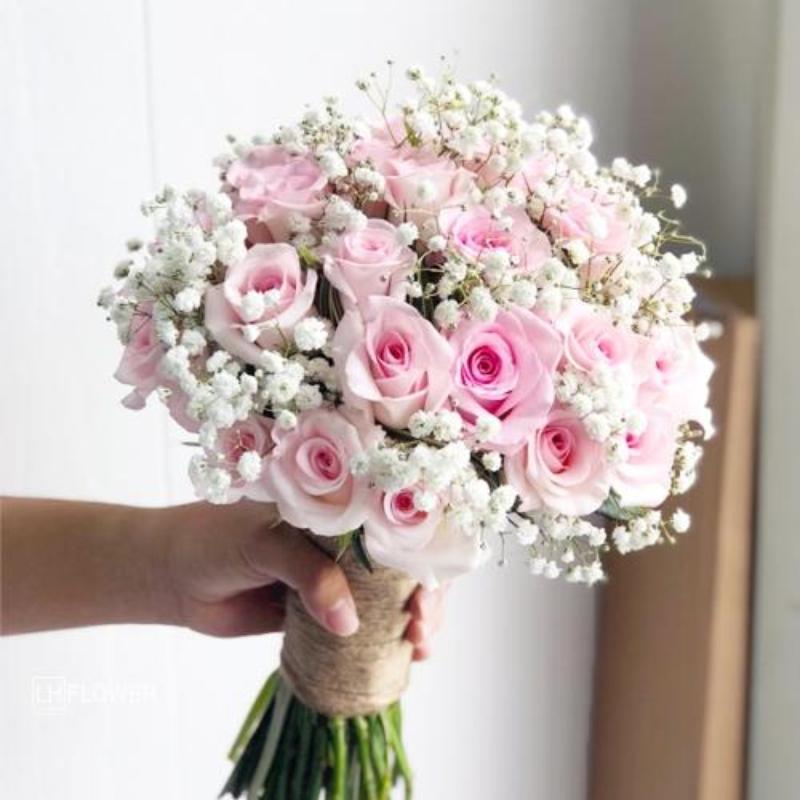 bó hoa cưới hồng phấn và hoa baby trắng