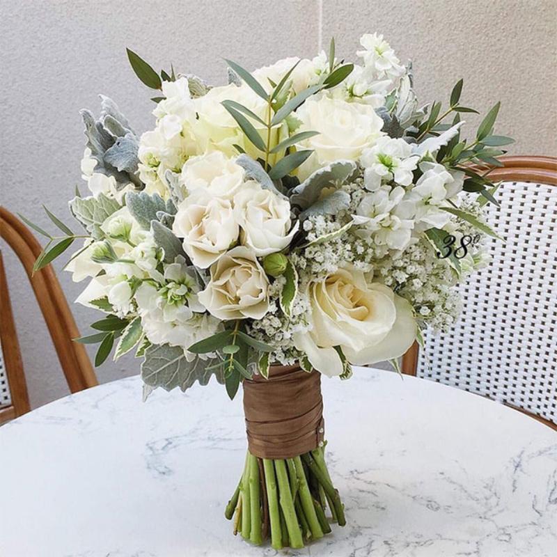 bó hoa cưới cầm tay tông trắng