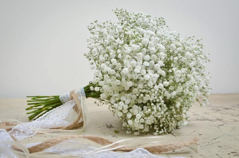 bó hoa baby trắng cầm tay cô dâu
