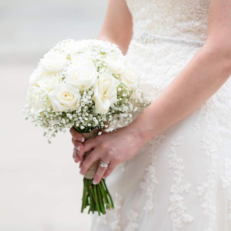 bó hoa cưới hồng mix baby trắng dáng tròn