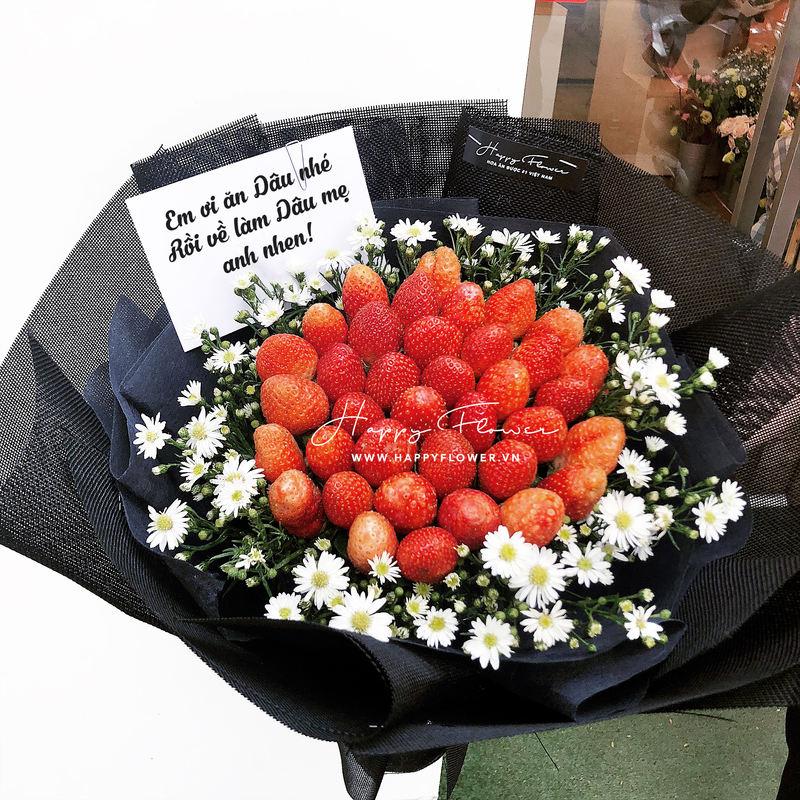 bó hoa chúc mừng dâu tây ăn được mix hoa cúc trắng