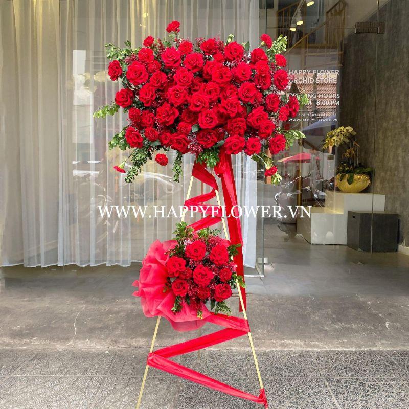 Kệ hoa hồng đỏ rực rỡ trong buổi lễ chúc mừng chiến thắng