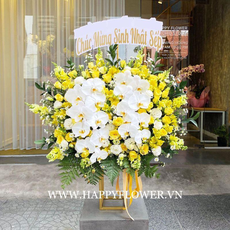 Lẵng hoa hồng vàng kết hợp với những cánh hoa lan hồ điệp trắng