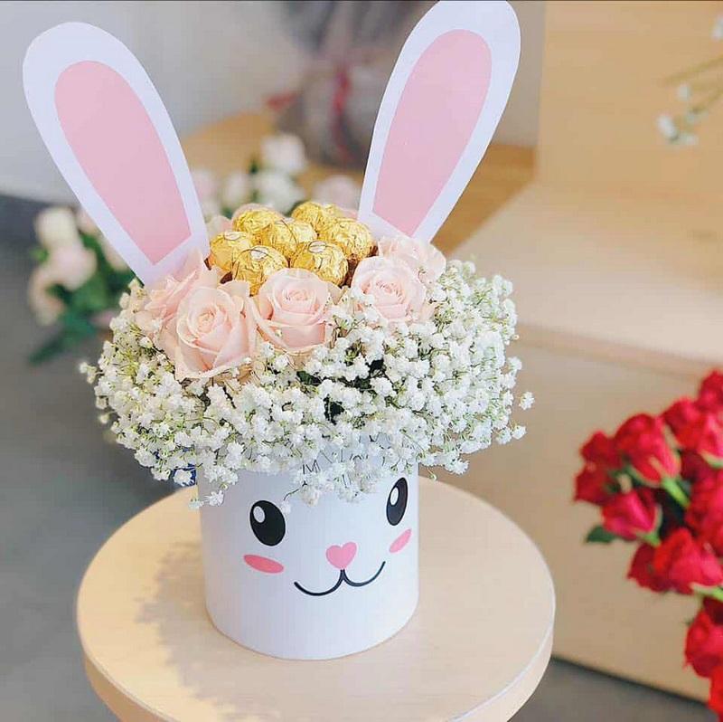 hộp hoa thỏ cưng gồm 7 viên chocolate Ferrero Rocher mix cùng hoa hồng kem Đà Lạt và baby trắng
