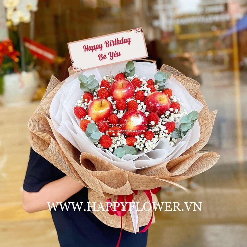 bó hoa dâu và táo ăn được mix hoa baby trắng