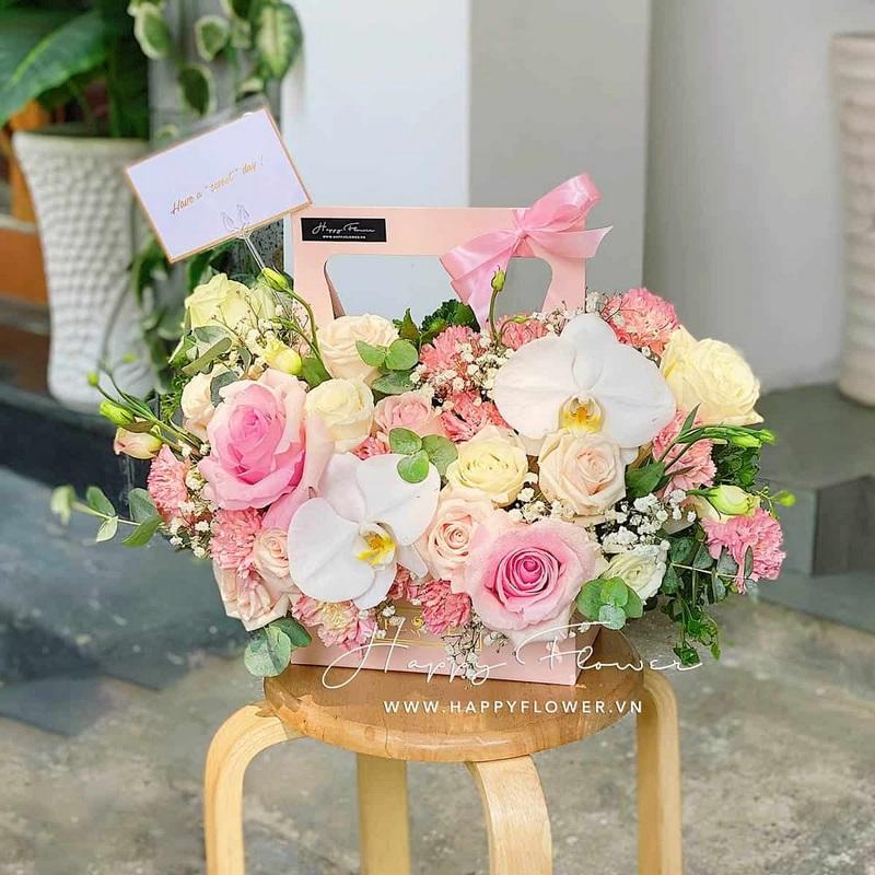 giỏ hoa Pink Basket để bàn gồm 2 hoa hồng Christa Ecuador mix cùng lan hồ điệp trắng tone pastel
