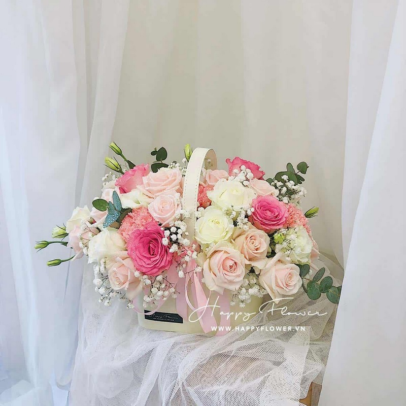 giỏ hoa tone pastel gồm hoa hồng kem, hồng sen, hồng trắng Đà Lạt mix cùng baby