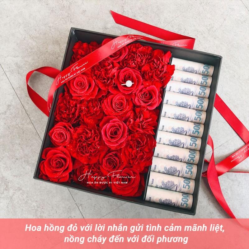 Hộp quà tiền và hoa hồng đỏ