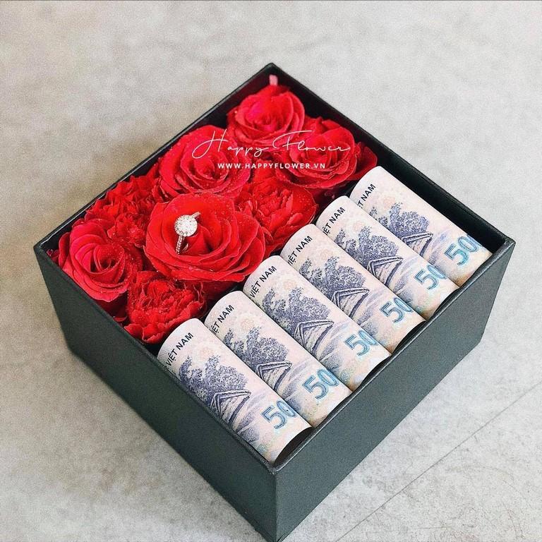 Hộp hoa hồng đỏ và tiền càng sang trọng