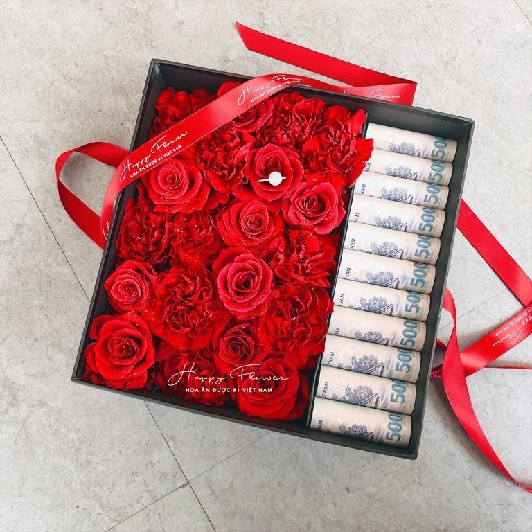Hộp hoa hồng và tiền rất sang trọng