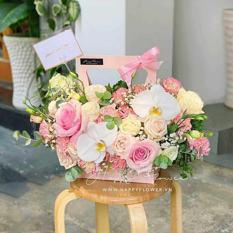 giỏ hoa hồng nhiều màu và lan hồ điệp