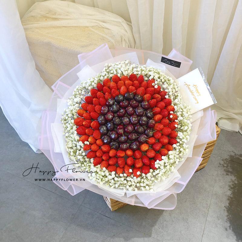 hoa ăn được dâu tây mix cherry cùng hoa baby trắng