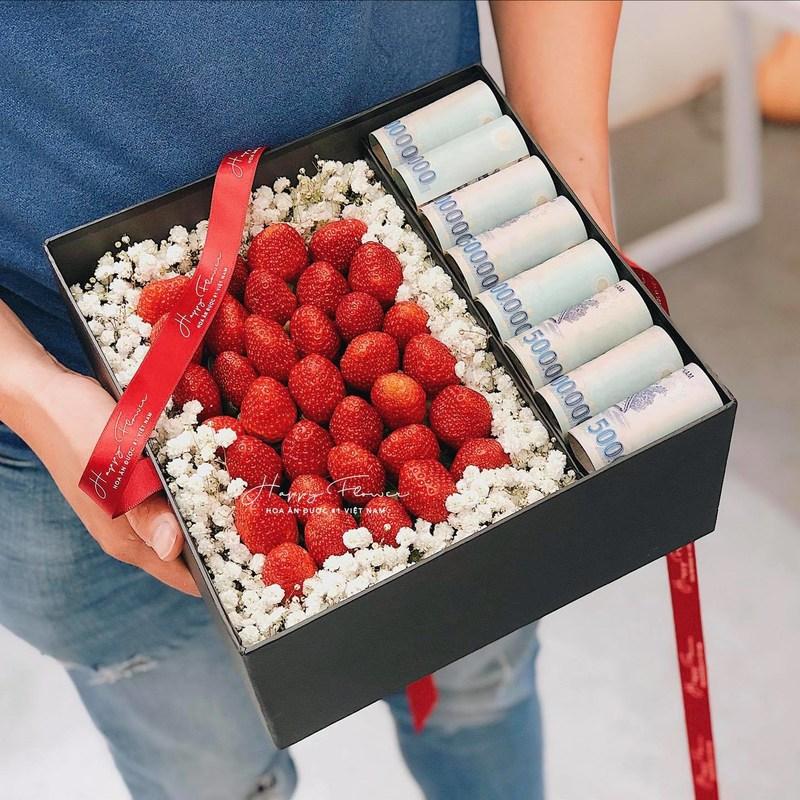 hộp hoa dâu tây kèm tiền chúc mừng sinh nhật con gái