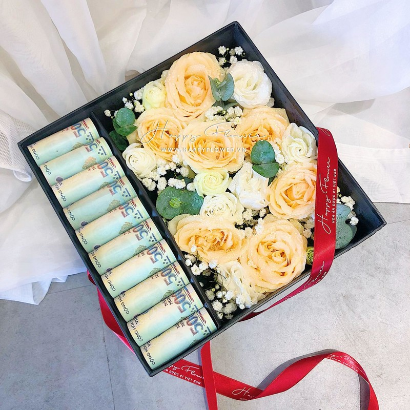 hộp quà lì xì chúc mừng sinh nhật chứa hoa hồng vàng và hoa hồng màu be