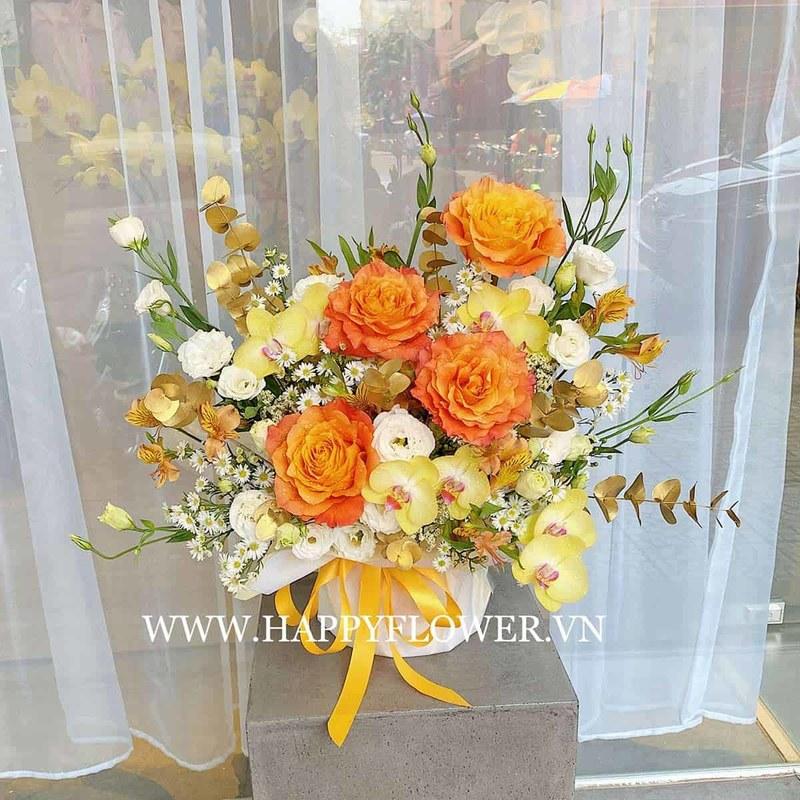 hộp hoa gồm hồng Ecuador Free Spirit mix lan hồ điệp vàng và hoa hồng trắng