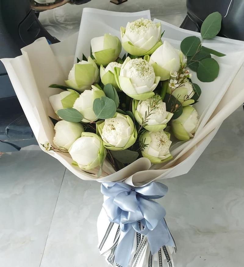 bó hoa sen trắng chúc mừng sinh nhật mẹ