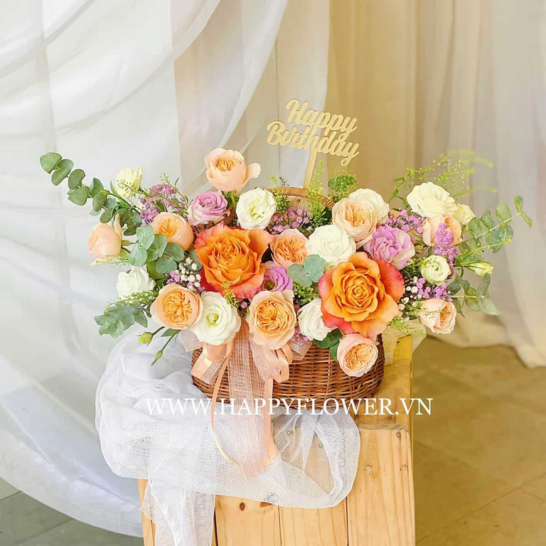 Giỏ hoa hồng đầy màu sắc