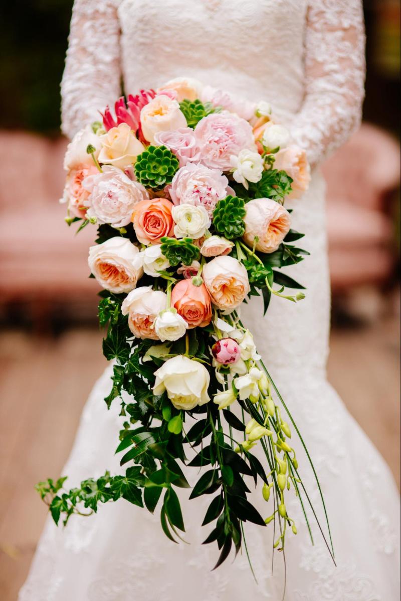 hoa cưới cầm tay dáng dài hoa hồng các màu mix sen đá