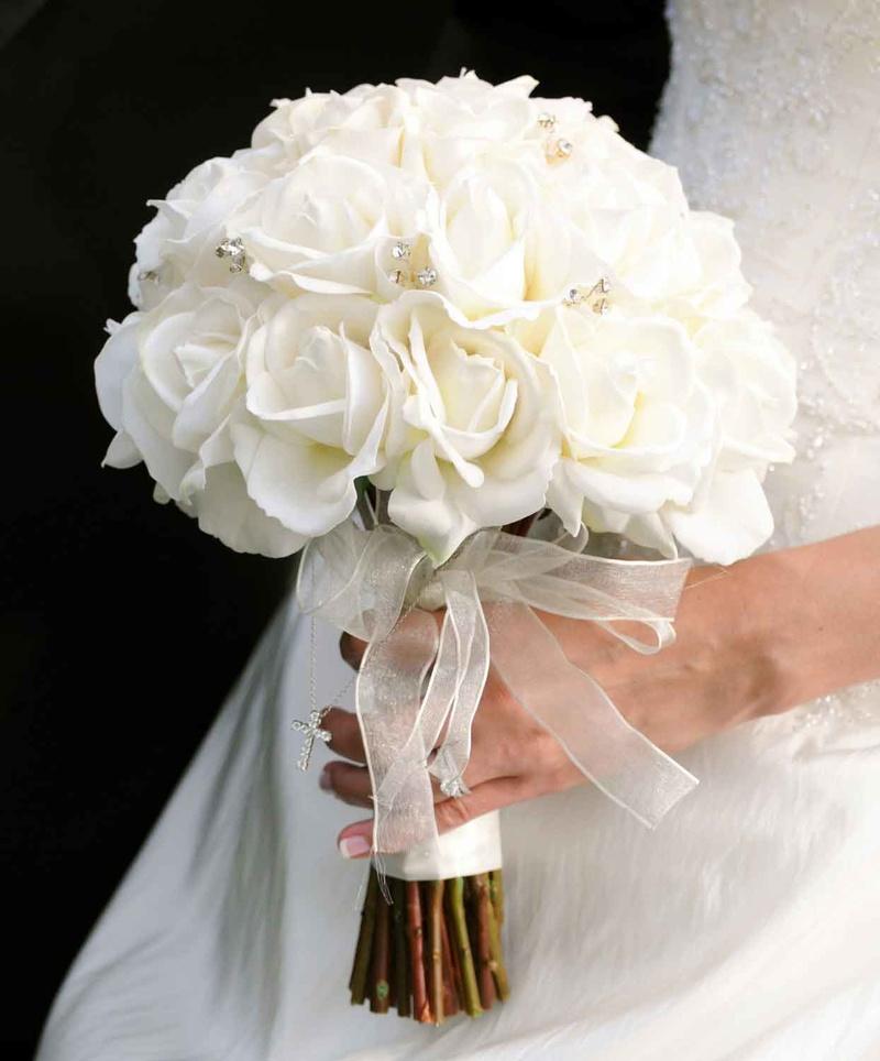 hoa cưới cầm tay dáng tròn hoa bằng hồng trắng