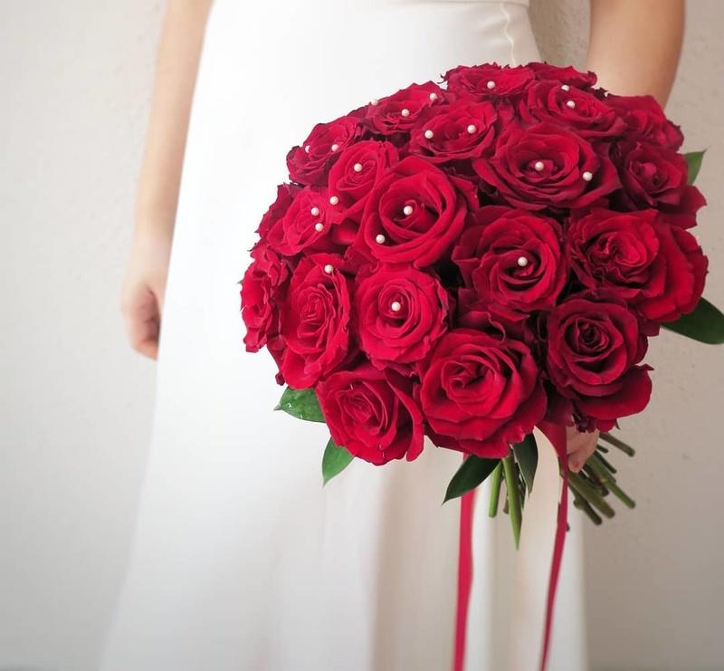 bó hoa cưới cầm tay hoa hồng đỏ rực rỡ