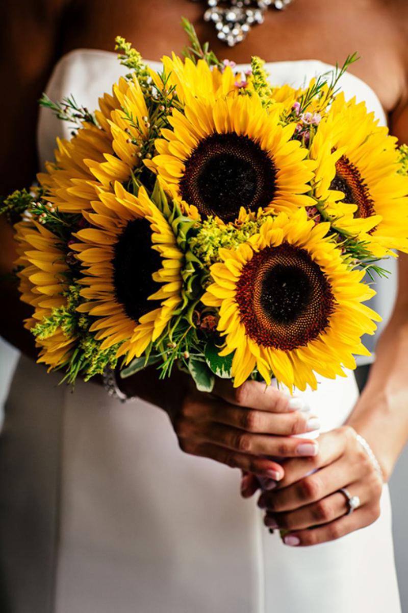 hoa cưới cầm tay hướng dương vàng rực rỡ