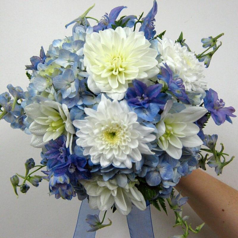 hoa cẩm tú cầu màu xanh và hoa cúc vàng trắng