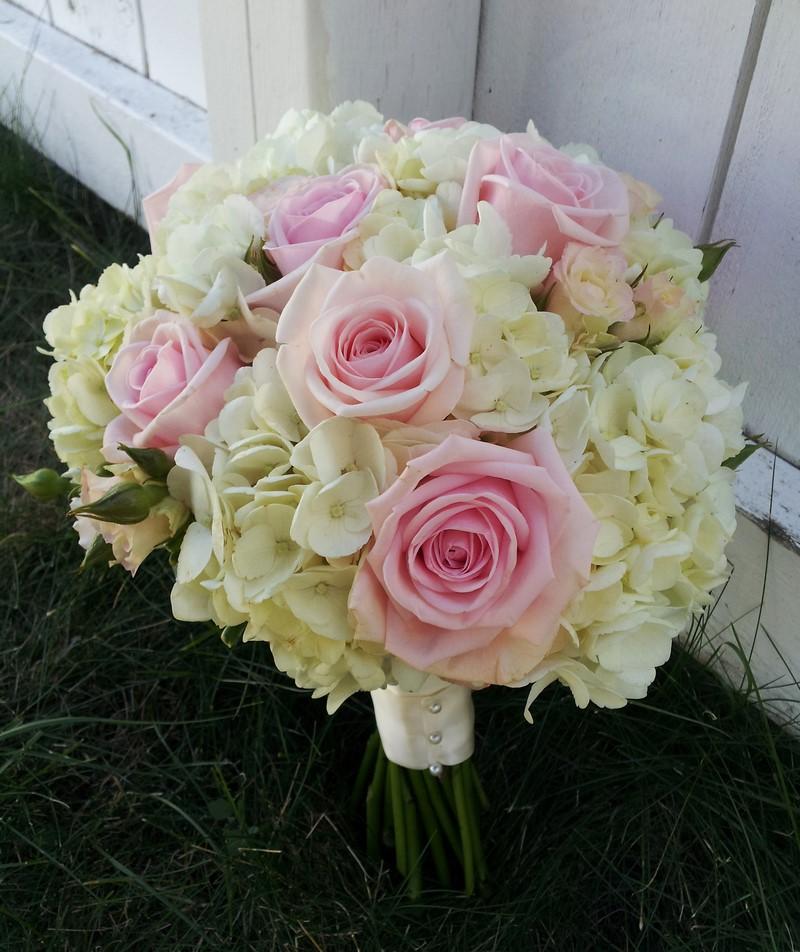 hoa cẩm tú cầu màu vàng trắng và hoa hồng phớt