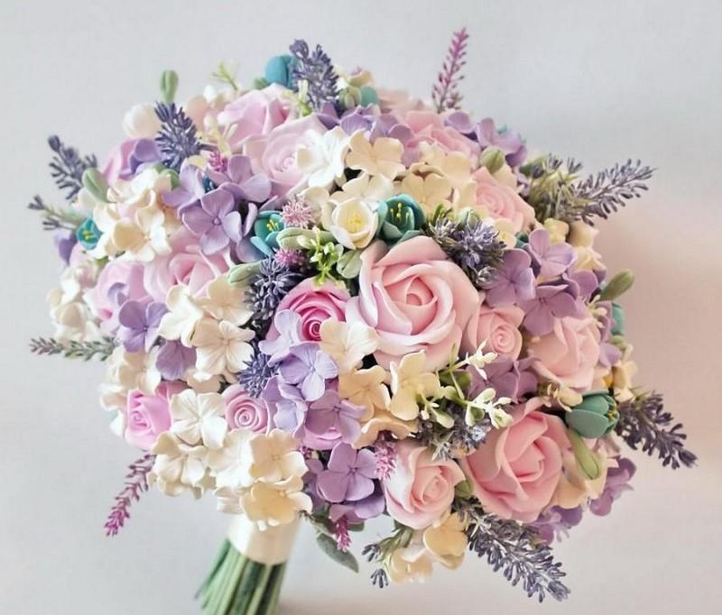 hoa cẩm tú cầu màu hồng tím và hoa hồng