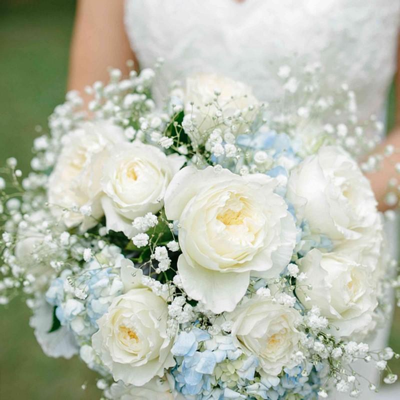 hoa cẩm tú cầu màu xanh trắng và hoa hồng trắng