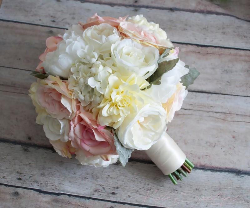 hoa cẩm tú cầu màu trắng và hoa hồng trắng, hồng phớt