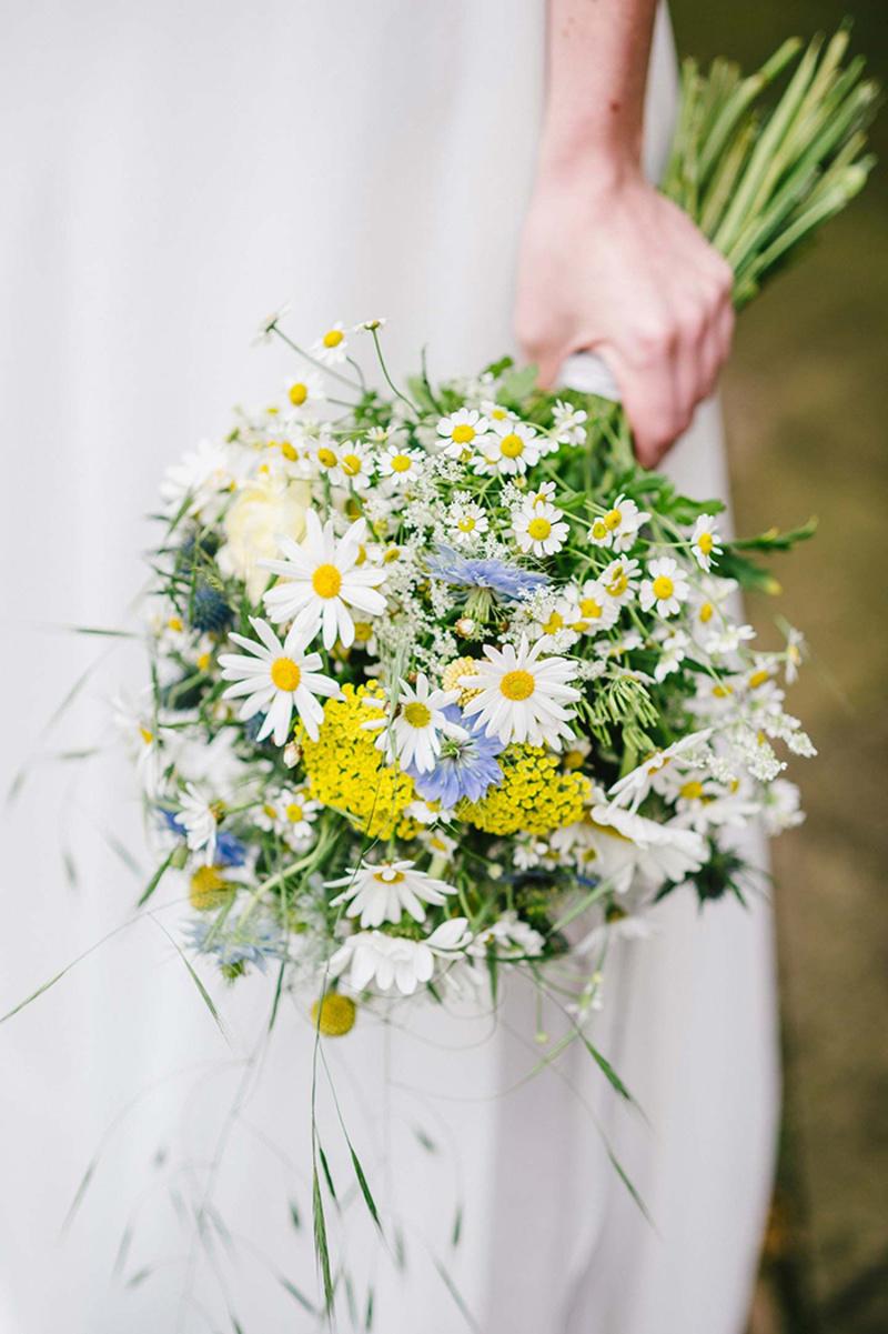 bó hoa cúc họa mi điểm xuyết hoa vàng