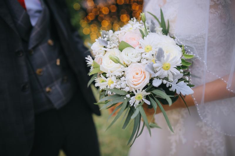 hoa cưới cầm tay cúc họa mi mix hoa hồng trắng