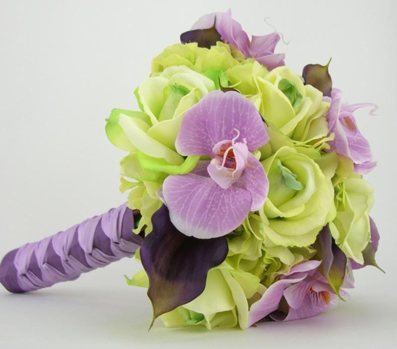 hoa cưới cầm tay lan hồ điệp tím mix hoa hồng xanh lá