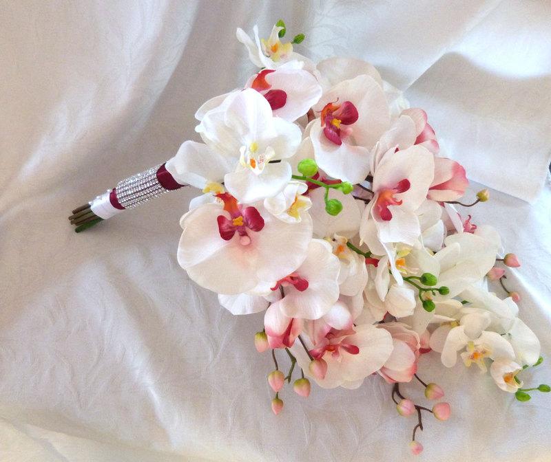 hoa cưới cầm tay lan hồ điệp trắng hồng dáng thác nước