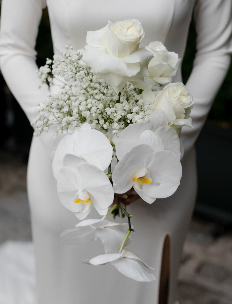 hoa cưới cầm tay lan hồ điệp trắng mix hoa hồng và hoa baby trắng