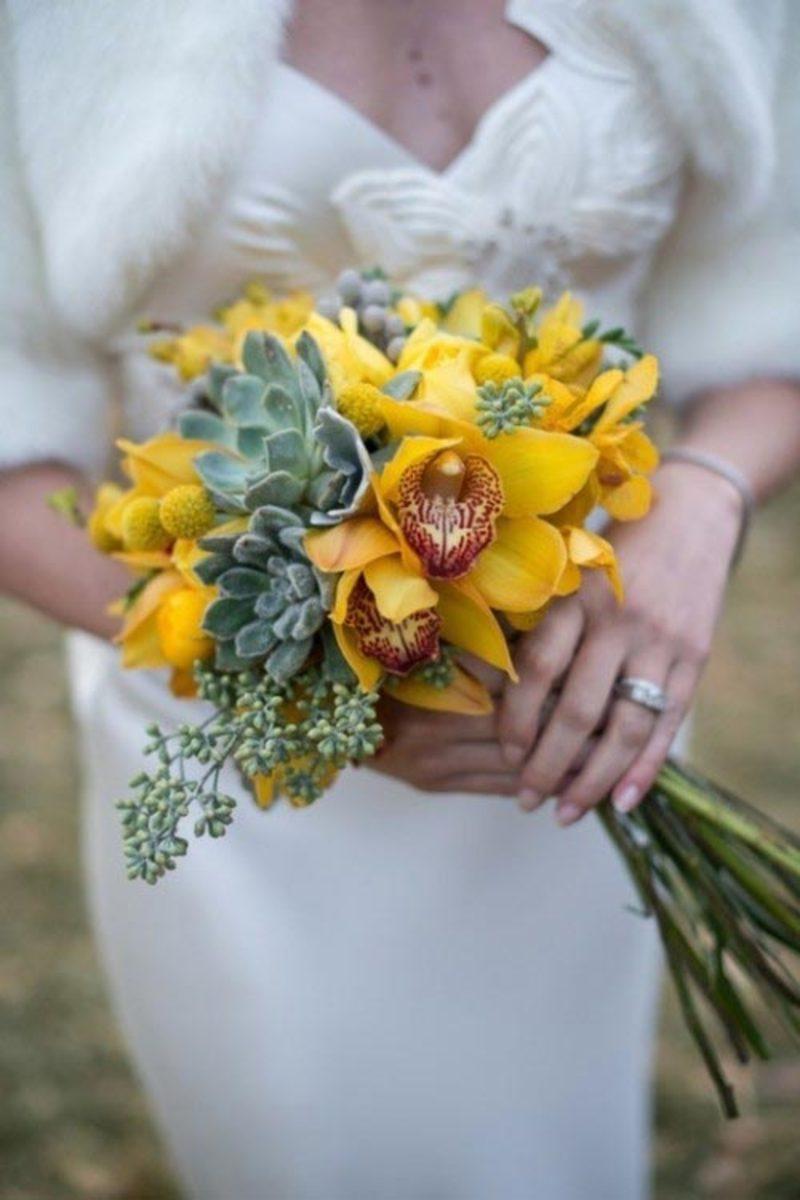 hoa cưới cầm tay lan hồ điệp vàng mix sen đá