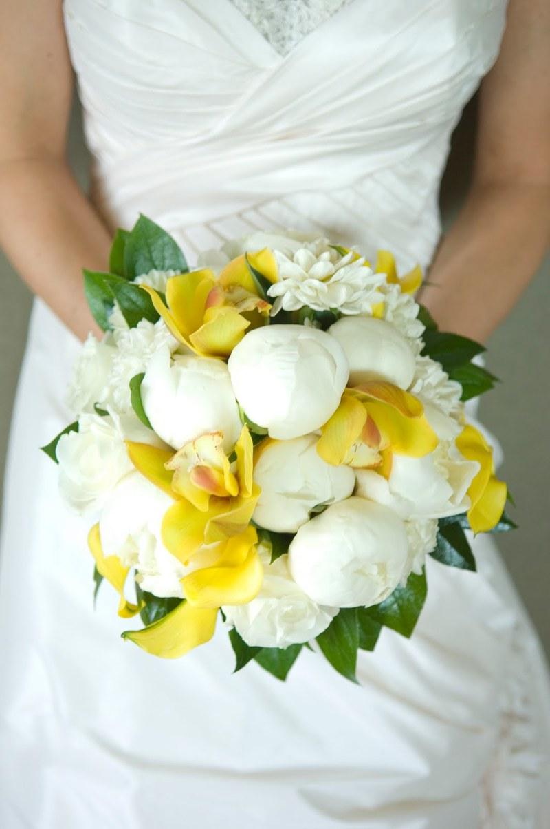 lan hồ điệp vàng kết hợp loại hoa trắng bó tròn