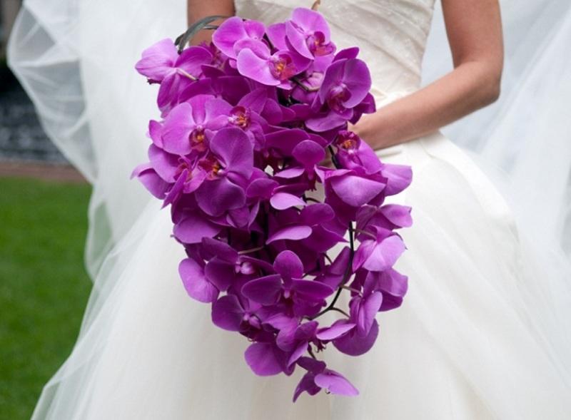 hoa cưới cầm tay lan hồ điệp tím dáng thác nước