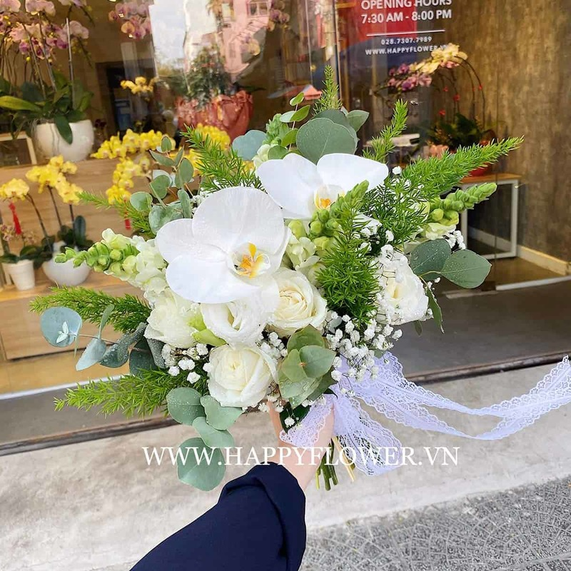 bó hoa lan hồ điệp trắng mix hoa hồng trắng và cây xanh