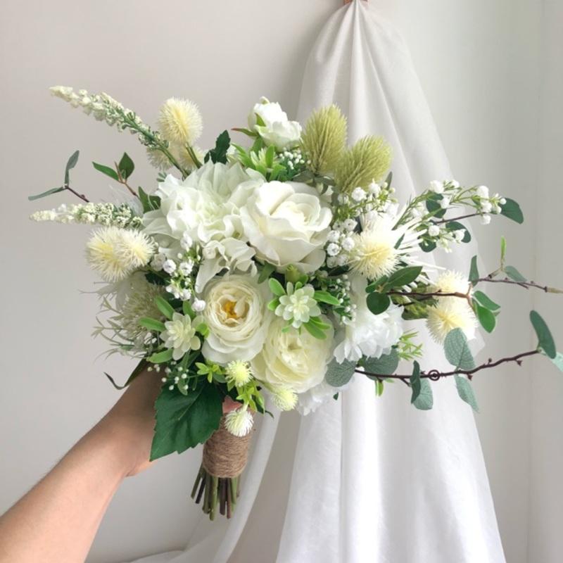 hoa cưới cầm tay cô dâu làm bằng lụa tone trắng
