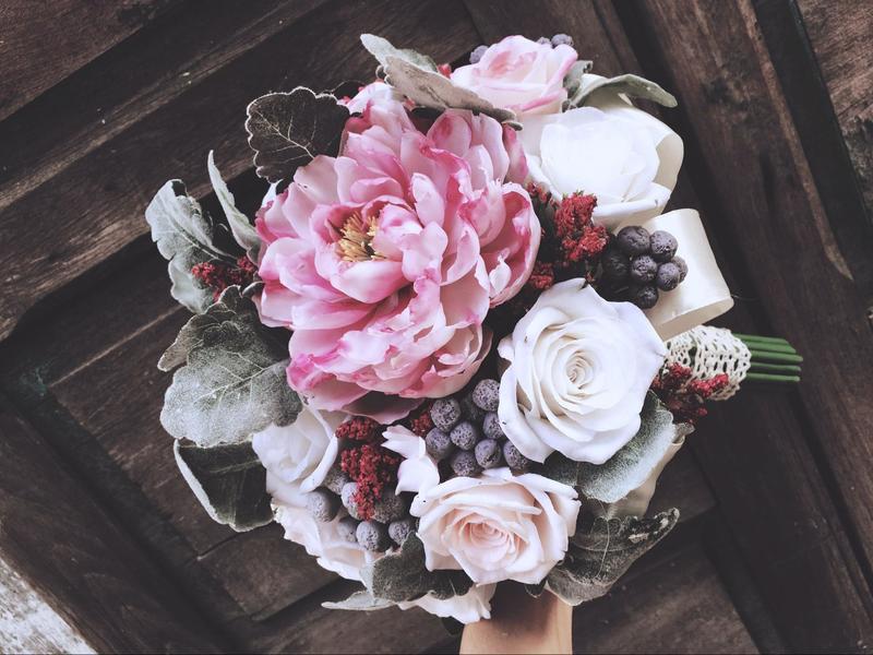 hoa cưới cầm tay hoa hồng trắng làm từ đất sét