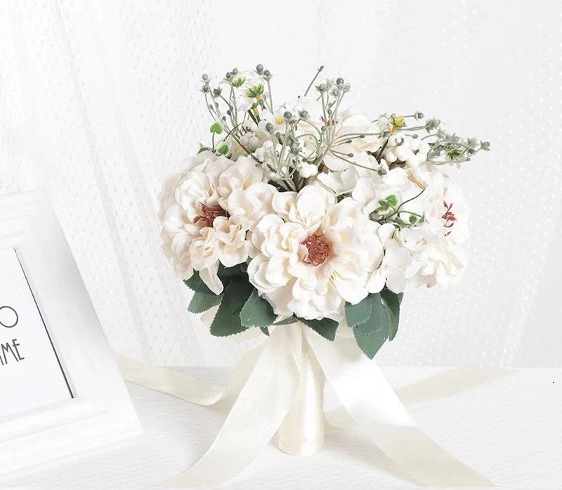 hoa cưới cầm tay làm bằng lụa gam màu trắng tinh tế