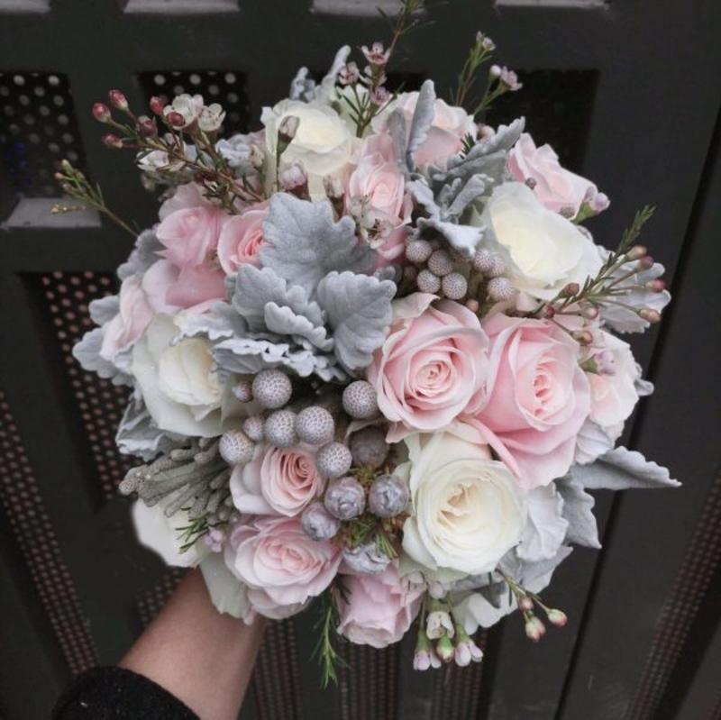 hoa cưới cầm tay hoa hồng tưới mix hoa giả trang trí xung quanh
