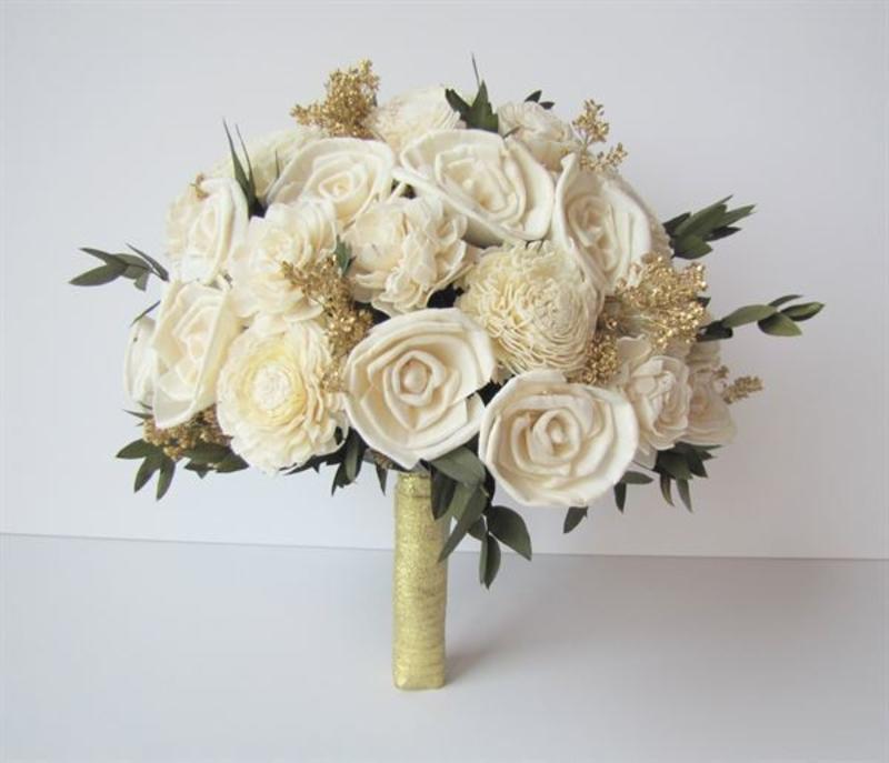 hoa cưới cầm tay hoa hồng trắng mix hoa hồng sáp