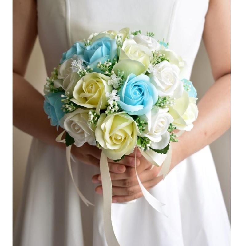 hoa cưới cầm tay hoa hồng màu pastel tone xanh