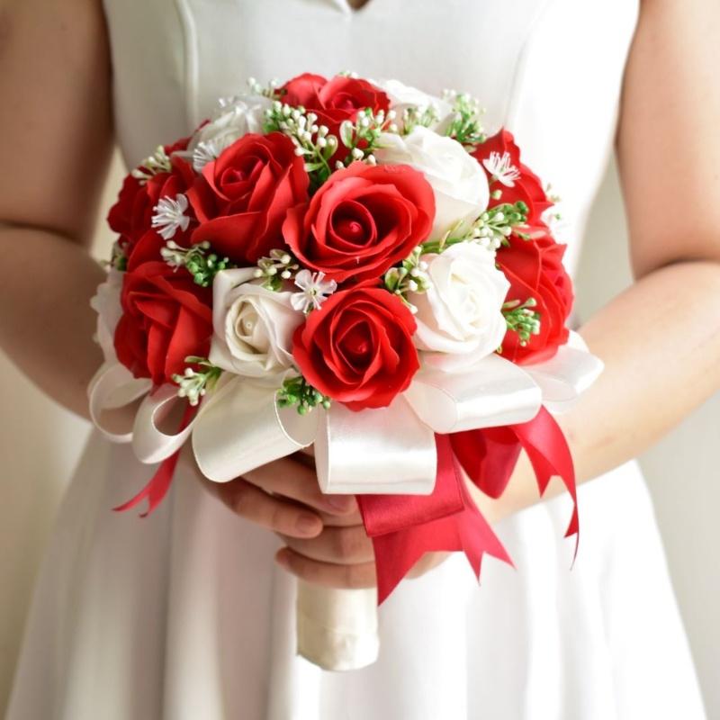 hoa cưới cầm tay hoa hồng đỏ mix hoa hồng trắng làm bằng sáp thơm