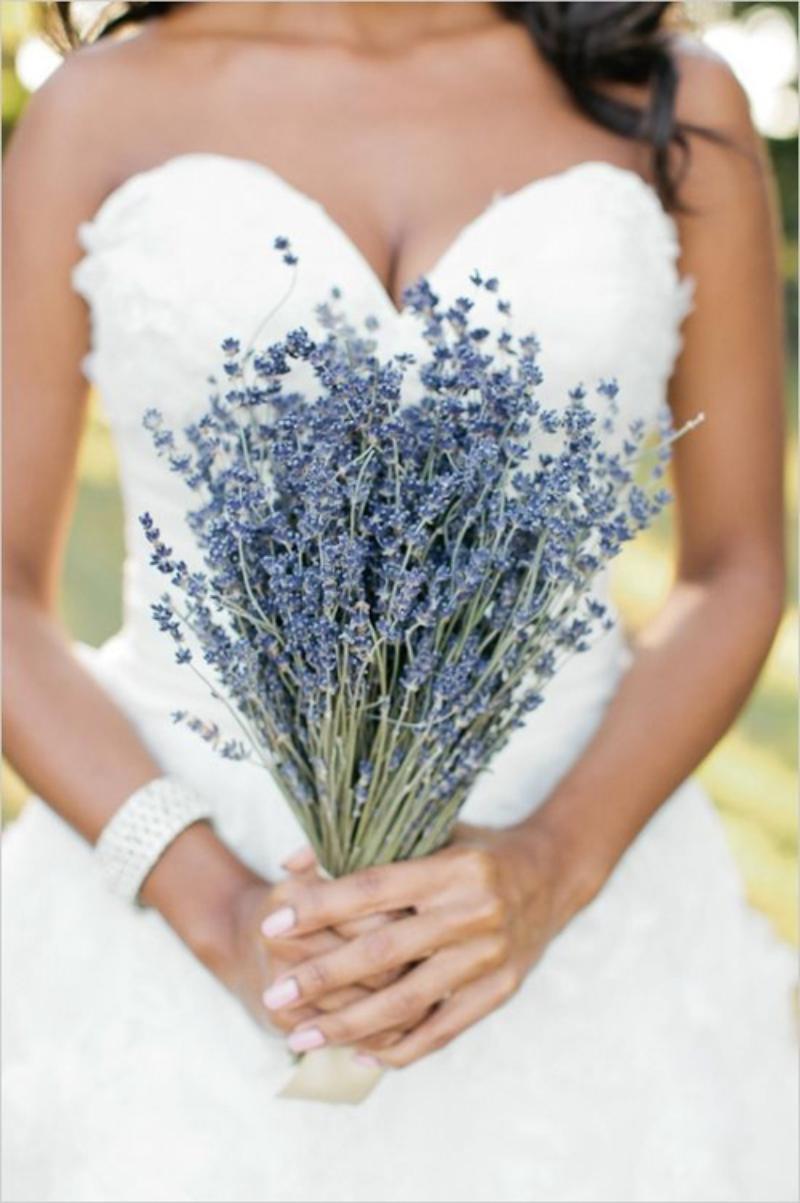 hoa cầm tay cô dâu oải hương