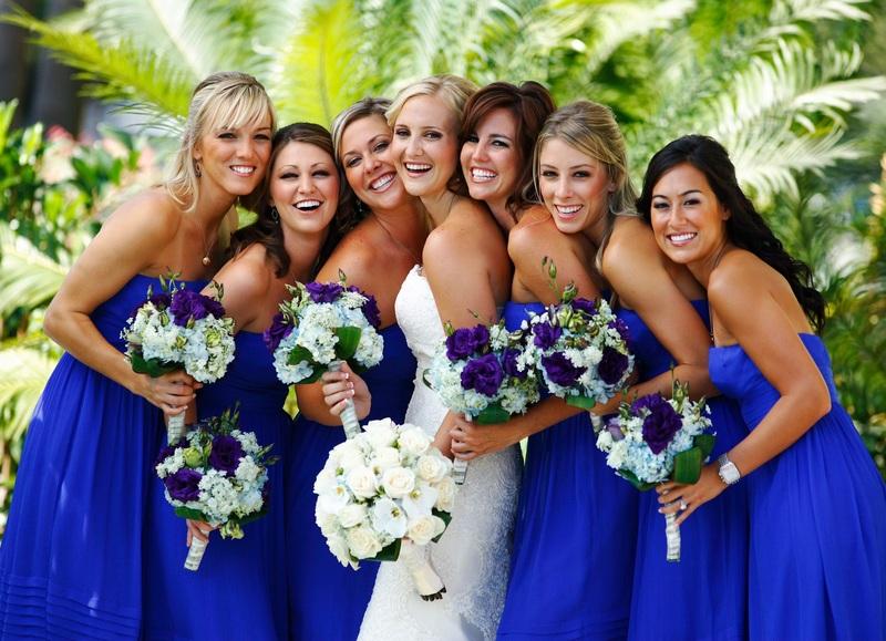 Bó hoa cưới cầm tay màu xanh dương trong đám cưới tone xanh