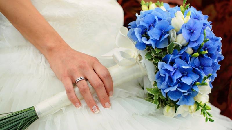 Bó hoa cưới cầm tay màu xanh dương từ hoa cẩm tú cầu xanh